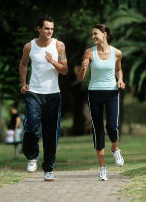 • Yürüyüş ayakkabıları esnek, kolay bükülebilir olmalıdır. Sert ayakkabılar ile yürüyüş yapmayınız. • Yürüyüş esnasında yer ile ilk temas eden kısmınız topuklarınızdır. Ayakkabınızın topuk kısmında topuklarınızı koruyan ve dengede tutan ince bir yastık olmalıdır. • Yürüyüş ayakkabılarınız özelliklerini kaybedecek kadar eskirse değiştiriniz.
